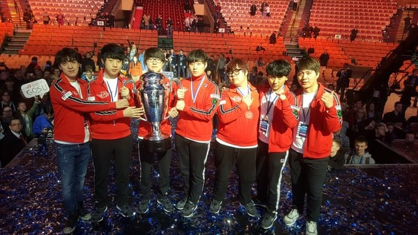 SKT T1‭ ‬poses with the cup