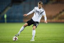 Jann-Fiete Arp warming up to play for the German youth national team