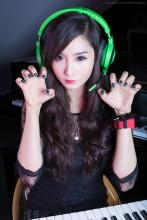 She's got claws. (from https://www.facebook.com/AlodiaGosiengfiao/photos/a.423935641746.223990.152138396746/10153300035956747/?type=3&theater)