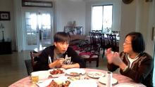 Doublelift eating with mom