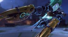 Tracer brandishing her gold guns in her Rose skin