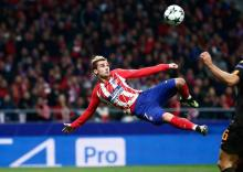 Antoine Griezmann takes on a difficult volley shot to score for Atlético Madrid
