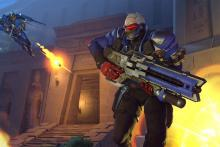 Soldier:76 runs away from an enemy Pharah