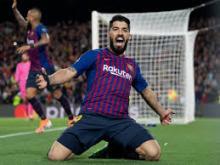 Luis Suárez scores a goal for Barcelona and celebrates